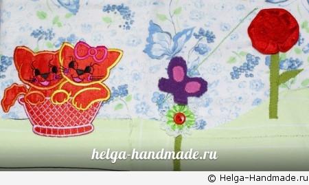 Бабочка летает между цветами