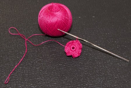Как создать вязаный цветок при помощи крючка своими руками