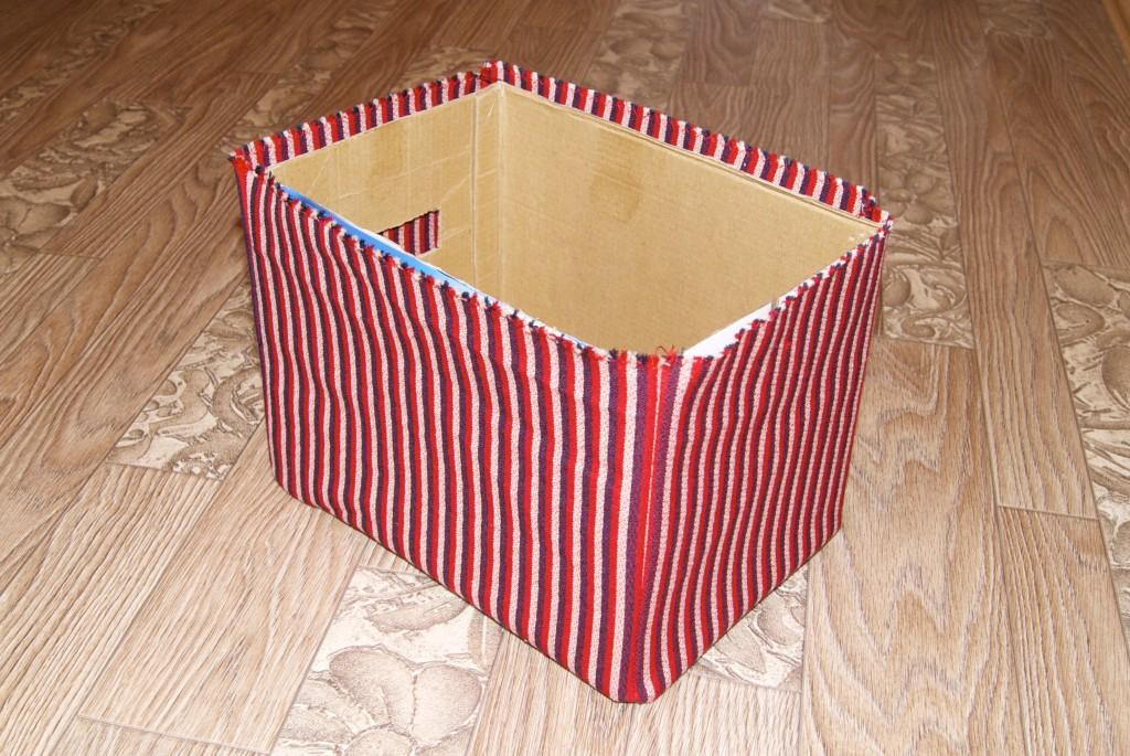 Как обшить картонную коробку тканью своими руками под игрушки 17