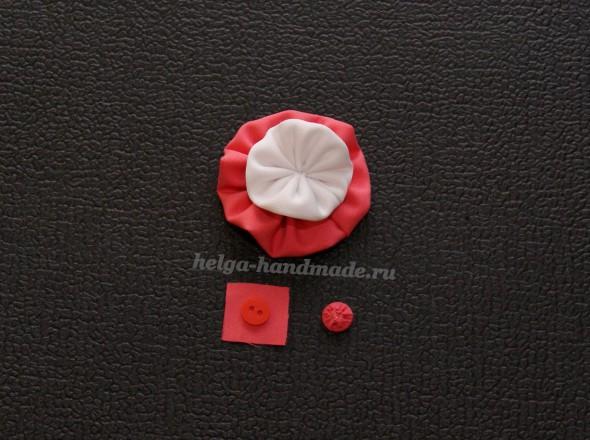 Центр цветка украшаем пуговицей, обшитой тканью