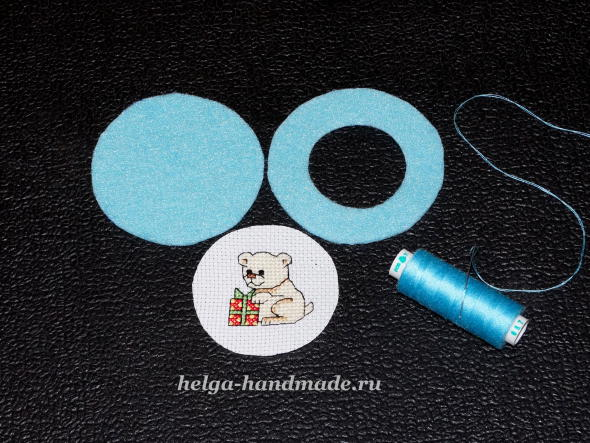 Вырезаем детали для елочной игрушки с вышивкой
