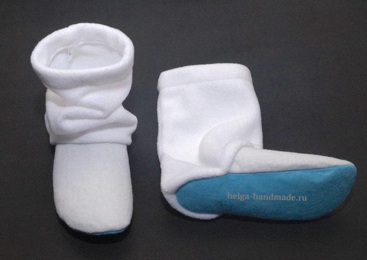63ed98167 Из остатков фетра голубого цвета вырезаем снежинки и украшаем ими наши  сапожки, пришив бисер или бусинки на снежинки и на сапожки.