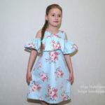 Платье с воланом и вырезами на плечах (+выкройка)